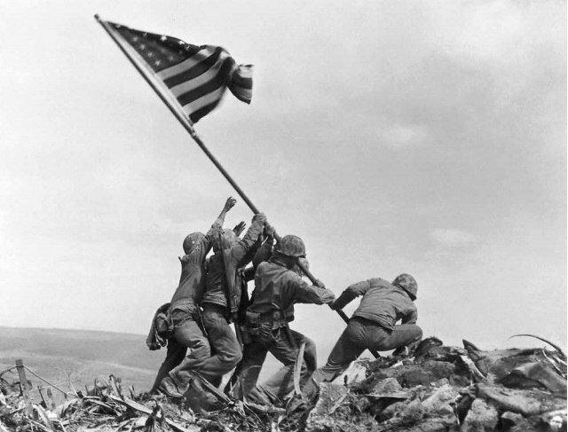 Легендарная фотография Джо Розенталя. Водружение флага над Ивадзимой. Гора Сурибати. 23 февраля 1945.jpg