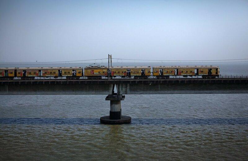 0 17c9ca 11f5d87d XL - Почему в Индии пассажиры поезда ездят снаружи