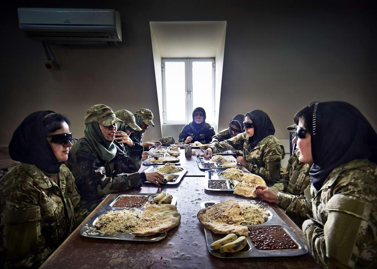 Афганские женщины из спецподразделений МВД Афганистана: картинки из жизни (11)