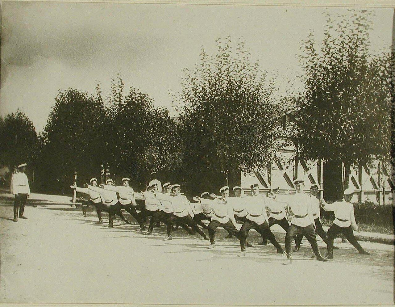 24. Группа прибывших на учения кадетов во время выполнения физкультурных упражнений. Красное Село