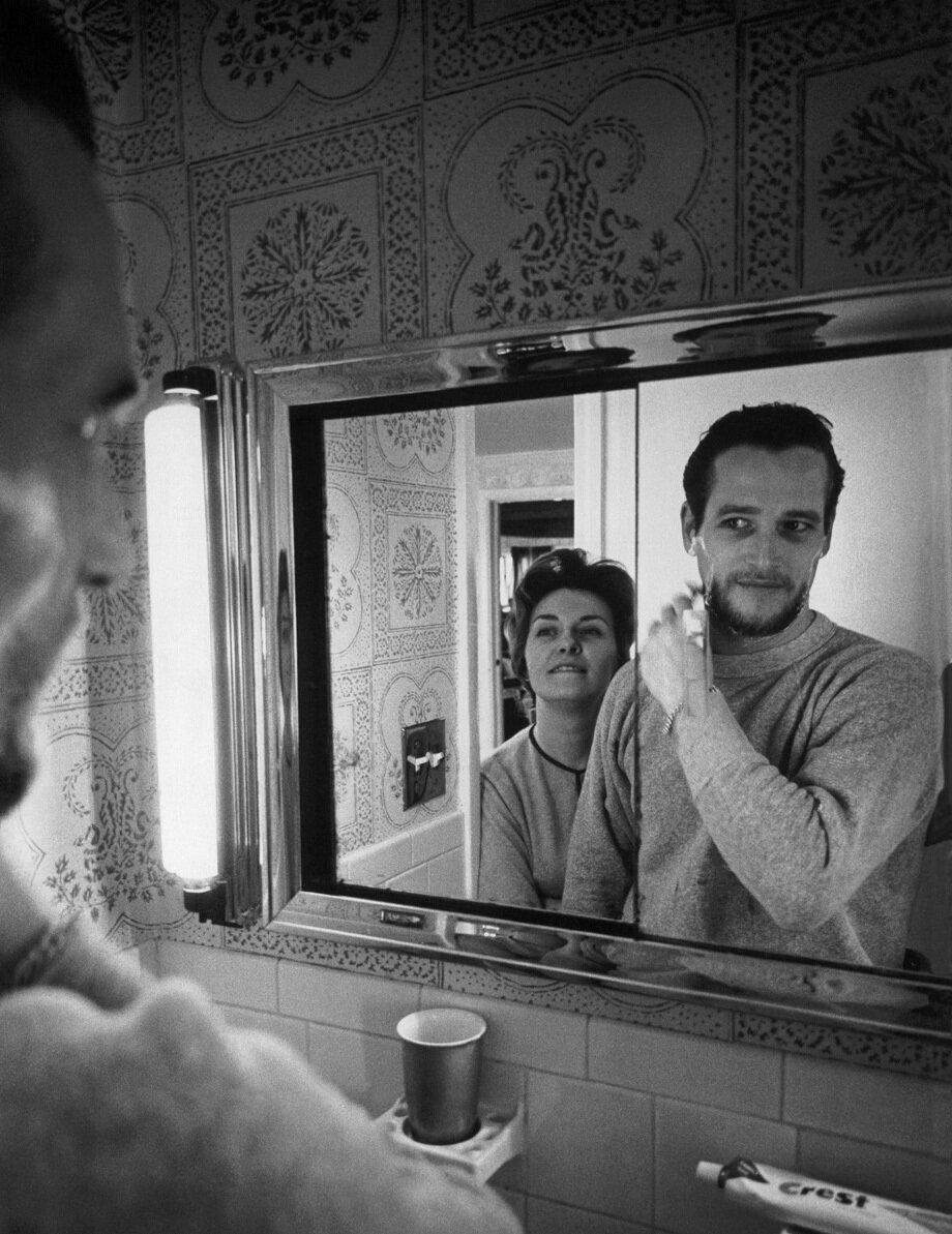 1963. Джоан Вудворд наблюдает за своим мужем Полом Ньюманом, бреющимся перед зеркалом