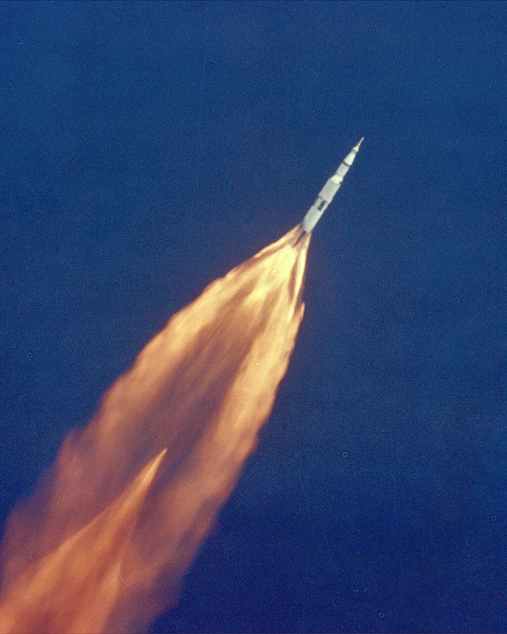 1969. Все три ступени ракеты-носителя во время взлёта отработали штатно. Через 11 минут 42 секунды после старта «Аполлон-11», набрав скорость 7,79 км/с, вышел на практически круговую околоземную орбиту высотой 190,8 км.
