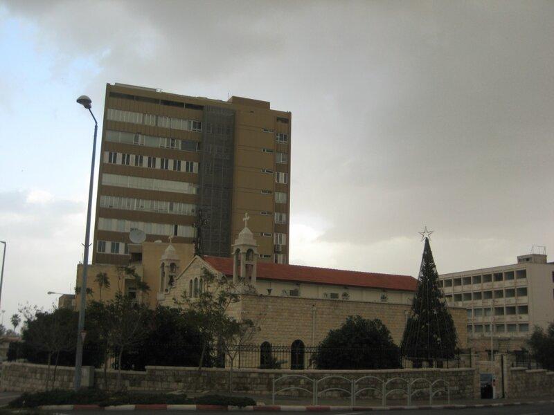 Израиль. Хайфа и Галилея - Католический собор Св. Илии на фоне современного здания