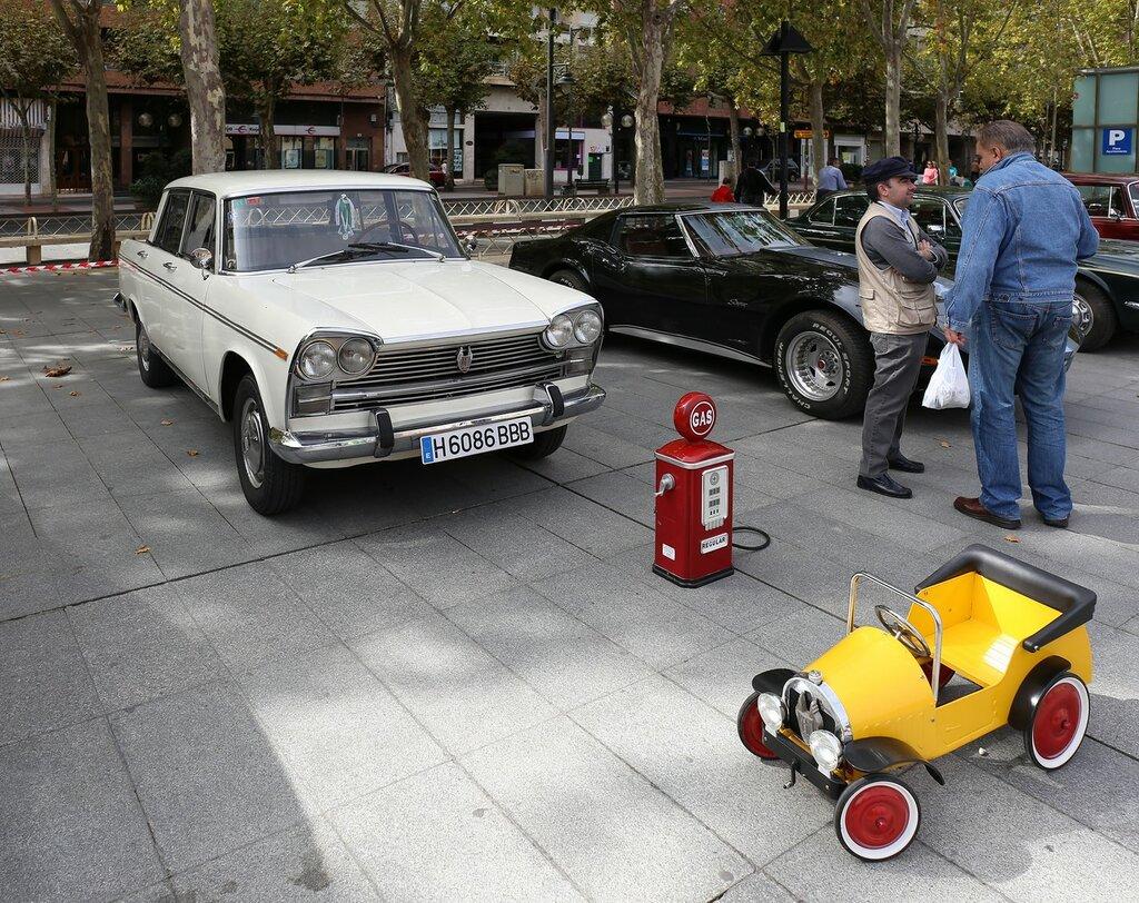 Парад ретрокаров в Логроньо.  SEAT 1500