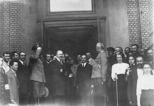 Французский президент Раймон Пуанкаре с группой сопровождающих его лиц у подъезда Народного дома императора Николая II.