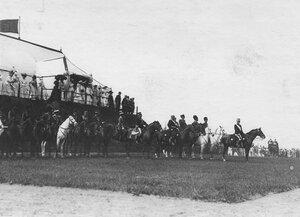 Итальянский король Виктор Эммануил III и члены императорской фамилии наблюдают за парадом войск.