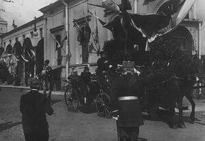 Приезд персидского шаха Мозафар-эд-дина в экипаже на Николаевский вокзал для отбытия из Петербурга.