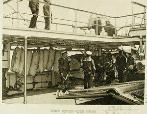 Матросы одного из крейсеров эскадры у орудия,рядом с которым размещена защита прислуги орудий-койки(вертикально подвешенные мешки с песком)