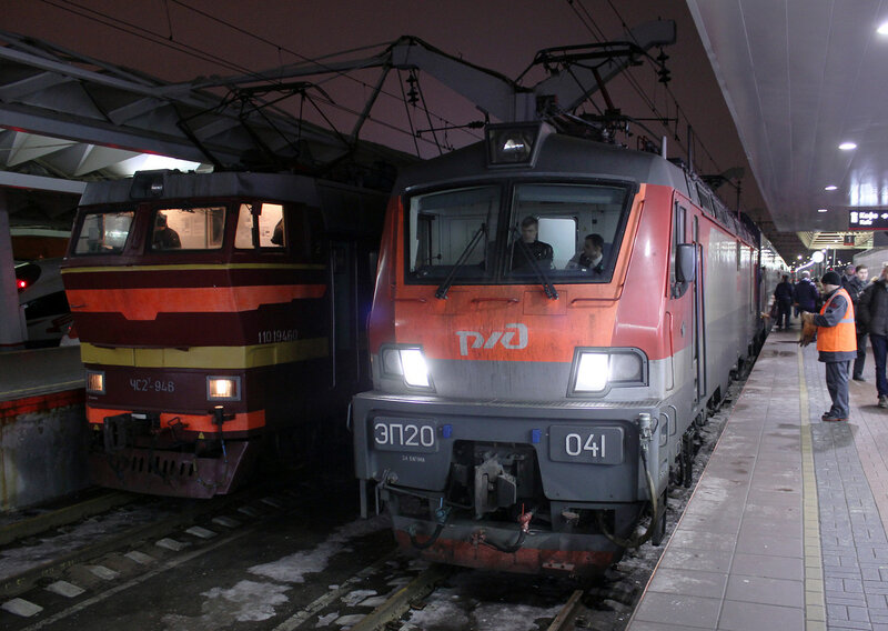 ЧС2Т-946 и ЭП20-041 на Ленинградском вокзале Москвы