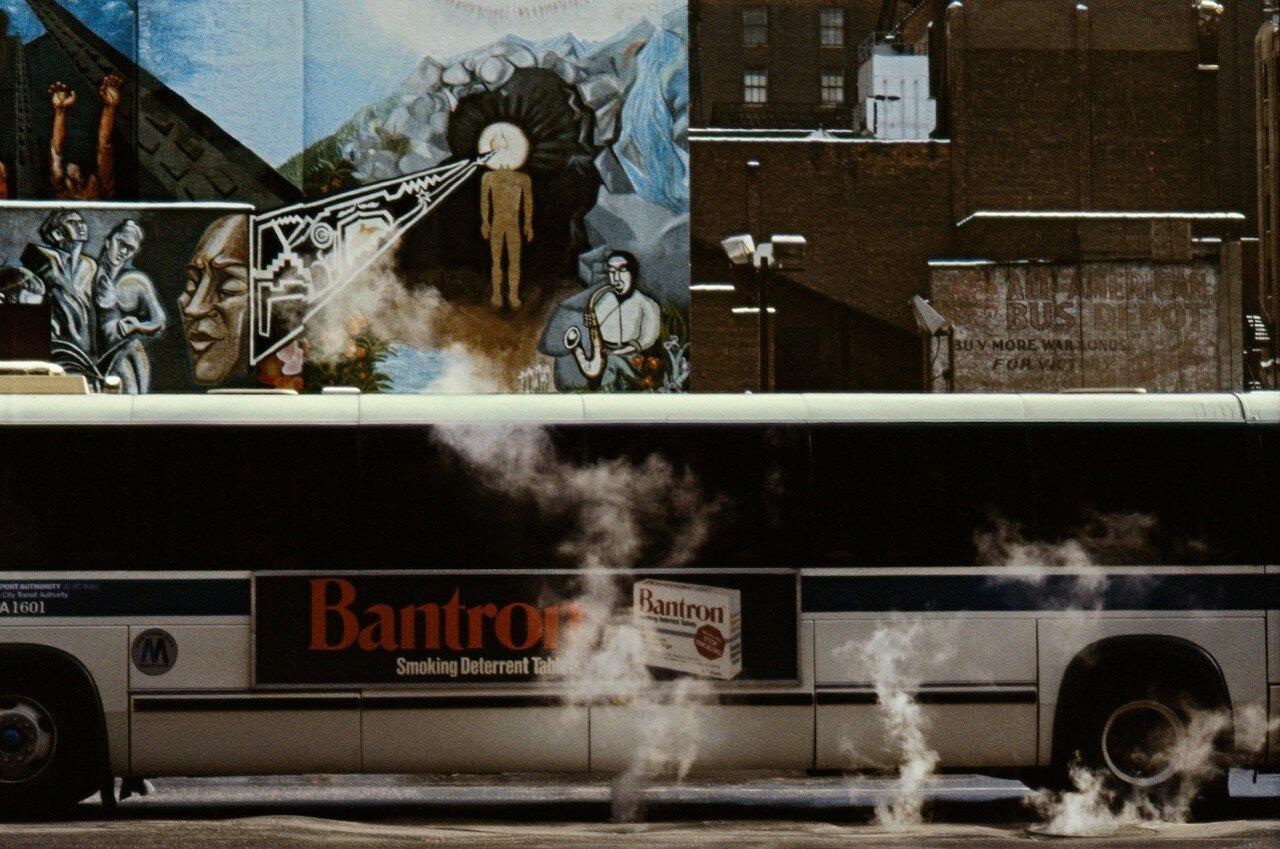 1984. Автобус в клубах пара