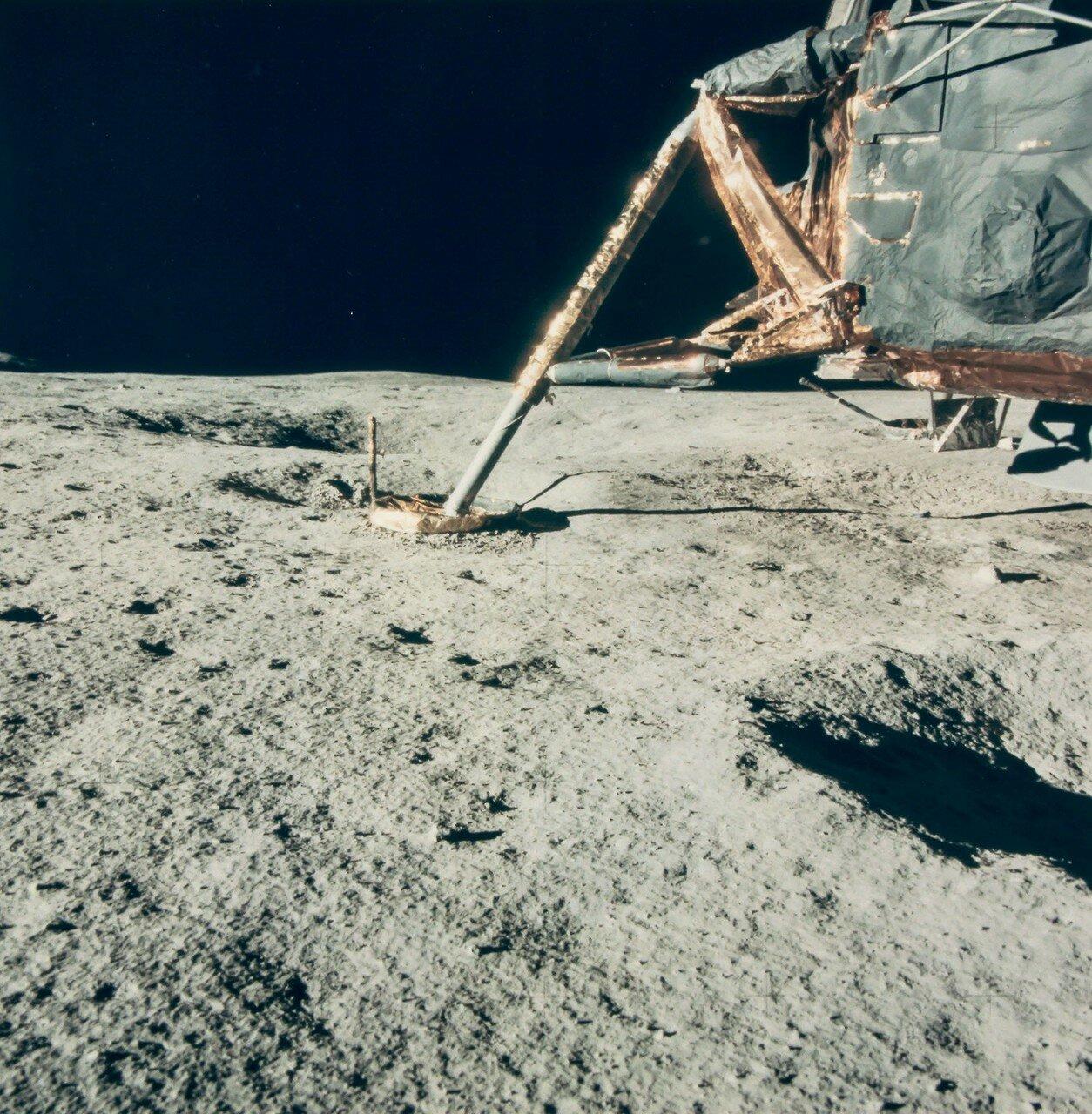 Менее чем через пять минут на поверхность спустился Митчелл. Астронавты осмотрели участок посадки. На снимке: Фрагмент Лунного Модуля на поверхности Луны