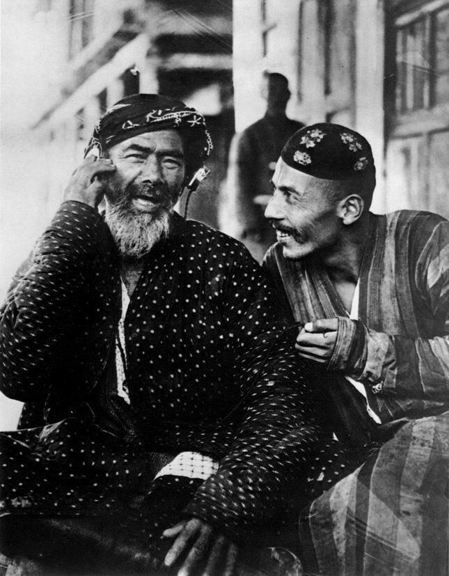 Radio in Uzbekistan, photo by Georgi Zelma, 1925.jpg