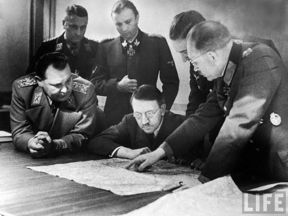 Гитлер, Геринг и Гудериан обсуждают Арденнскую операцию. Октябрь 1944 г.