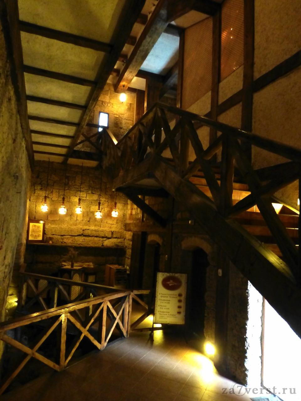 Кофейня Кезлев лестница на второй этаж