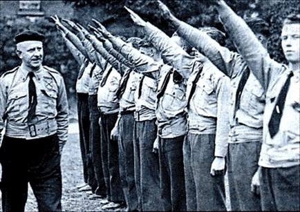 дафф19Лидер синерубашечников Оуэн О'Даффи проводит смотр своих последователей, 1930..jpg