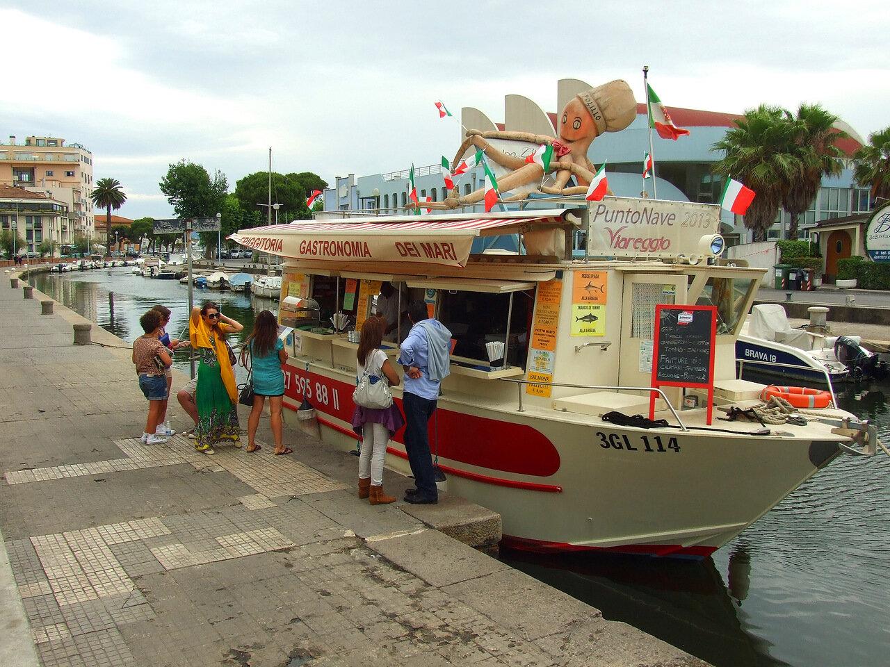 Плавучее кафе на канале в городе Виареджо (Viareggio)