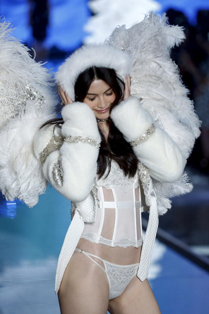 2. Это наряд стоит 2 млн долларов. Шоу Victoria`s Secret 2015, Нью-Йорк, 10 ноября 2015. (Фото Lucas