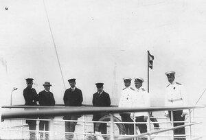 Французский президент Раймон Пуанкаре с группой русских офицеров на катере .
