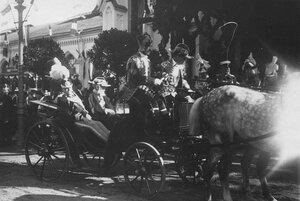 Сопровождающие итальянского короля Виктора Эммануила III лица в коляске у Петергофского вокзала.