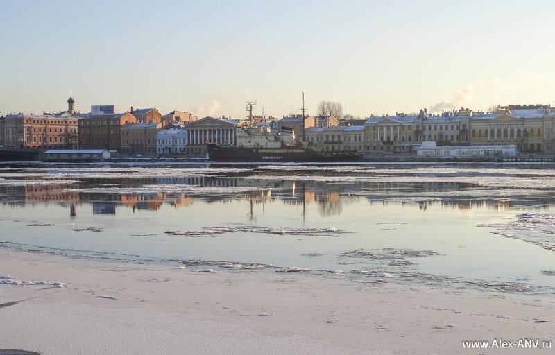 На противоположнойм берегу Невы пришвартован «Юрий Лисянский».