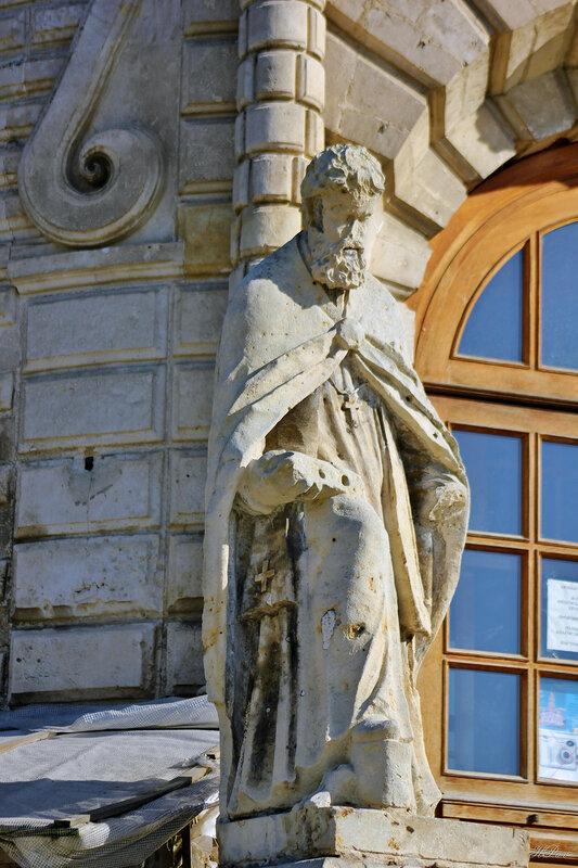 Скульптура Григория Богослова (западные двери Знаменской церкви в Дубровицах)