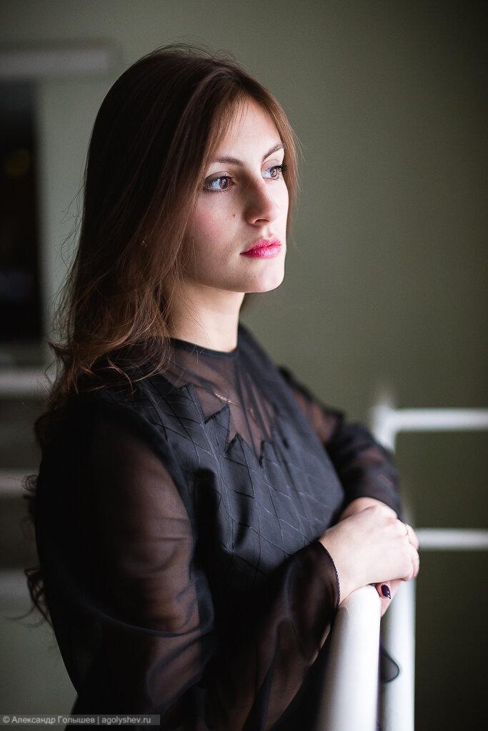 Портрет девушки у окна