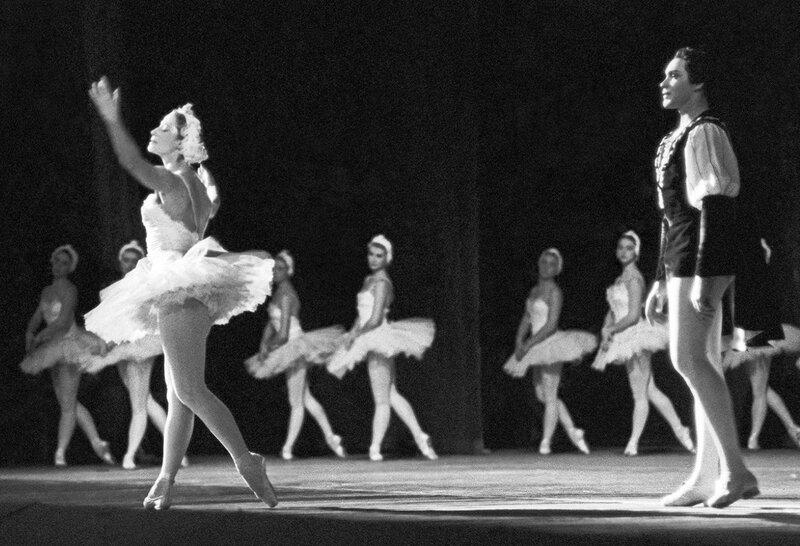 Майя Плисецкая и Николай Фадеечев в балете «Лебединое озеро», 1961 год.jpg