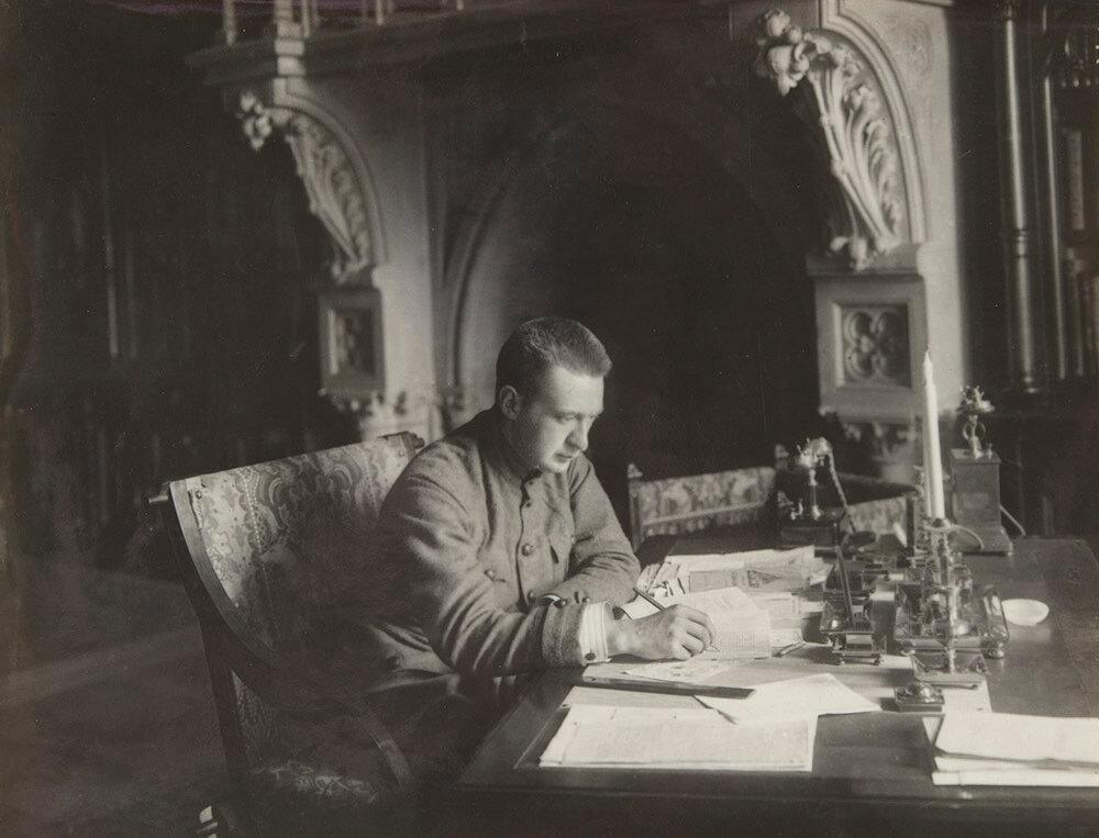 Керенский за столом Николая II