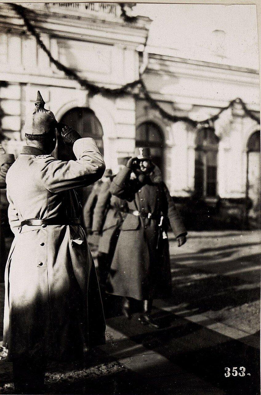 Abschied von Kaiser Karl am Bahnhof von  Wladimir Wolinsky