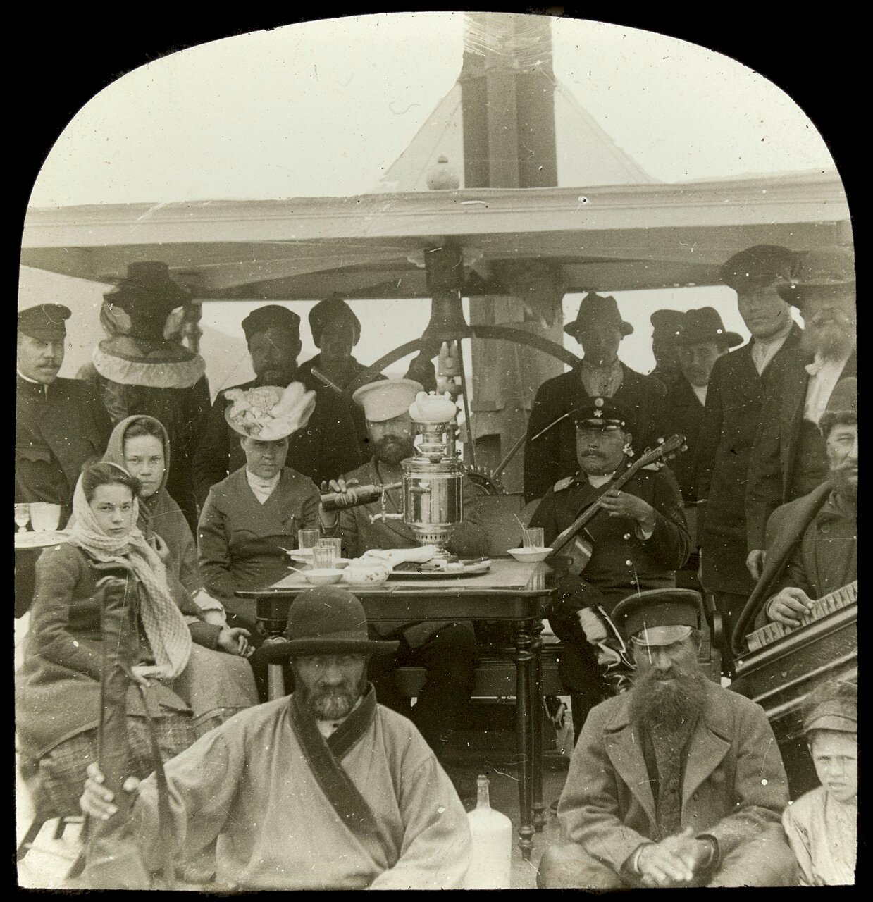 Группа людей на корабле во время поездки по реке Лена