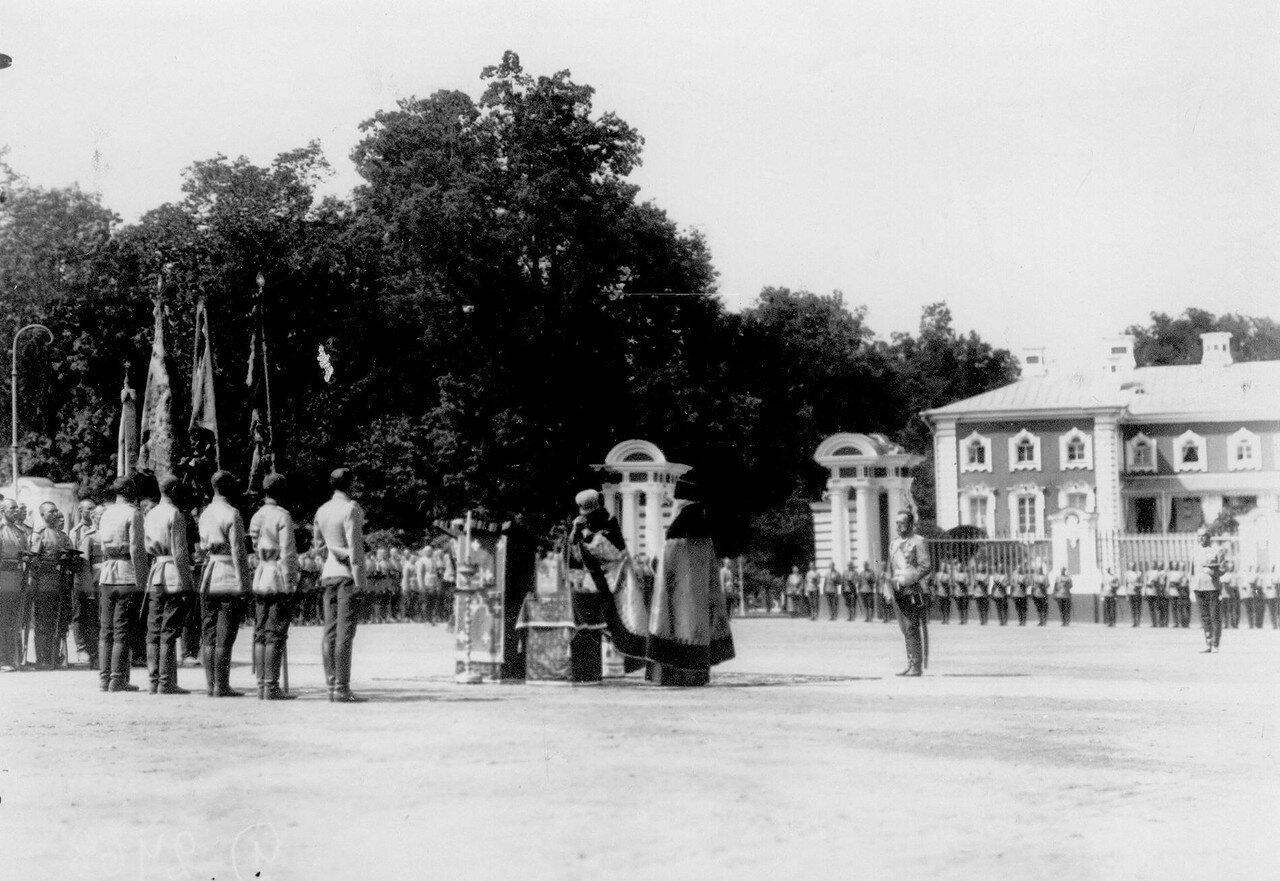 18. Император Николай II присутствует на молебне перед началом парада полка. Петергоф. 29 июня 1913