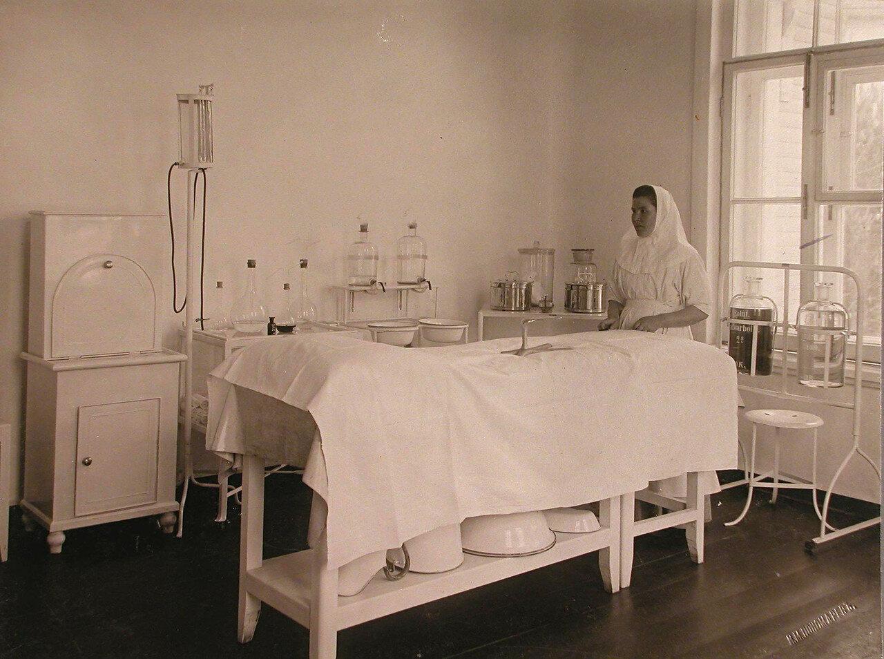 23. Сестра милосердия в перевязочном кабинете больницы на Успенском острове
