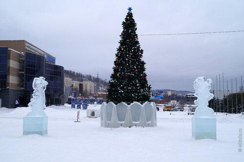Новогодний городок перед зданием Администрации ЗГО