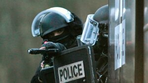 В пригороде Парижа в заложники взяли троих человек
