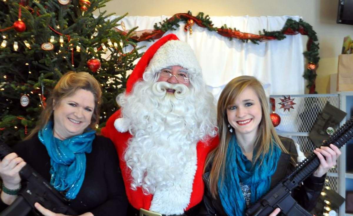 С автоматами в компании Санта-Клауса: Добропорядочные американцы готовятся к встрече Рождества (9)