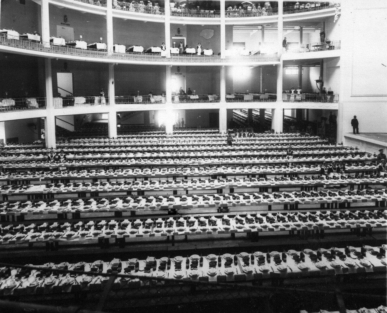 99. Столы, накрытые в зале Народного дома императора Николая II для угощения потешных после окончания смотра