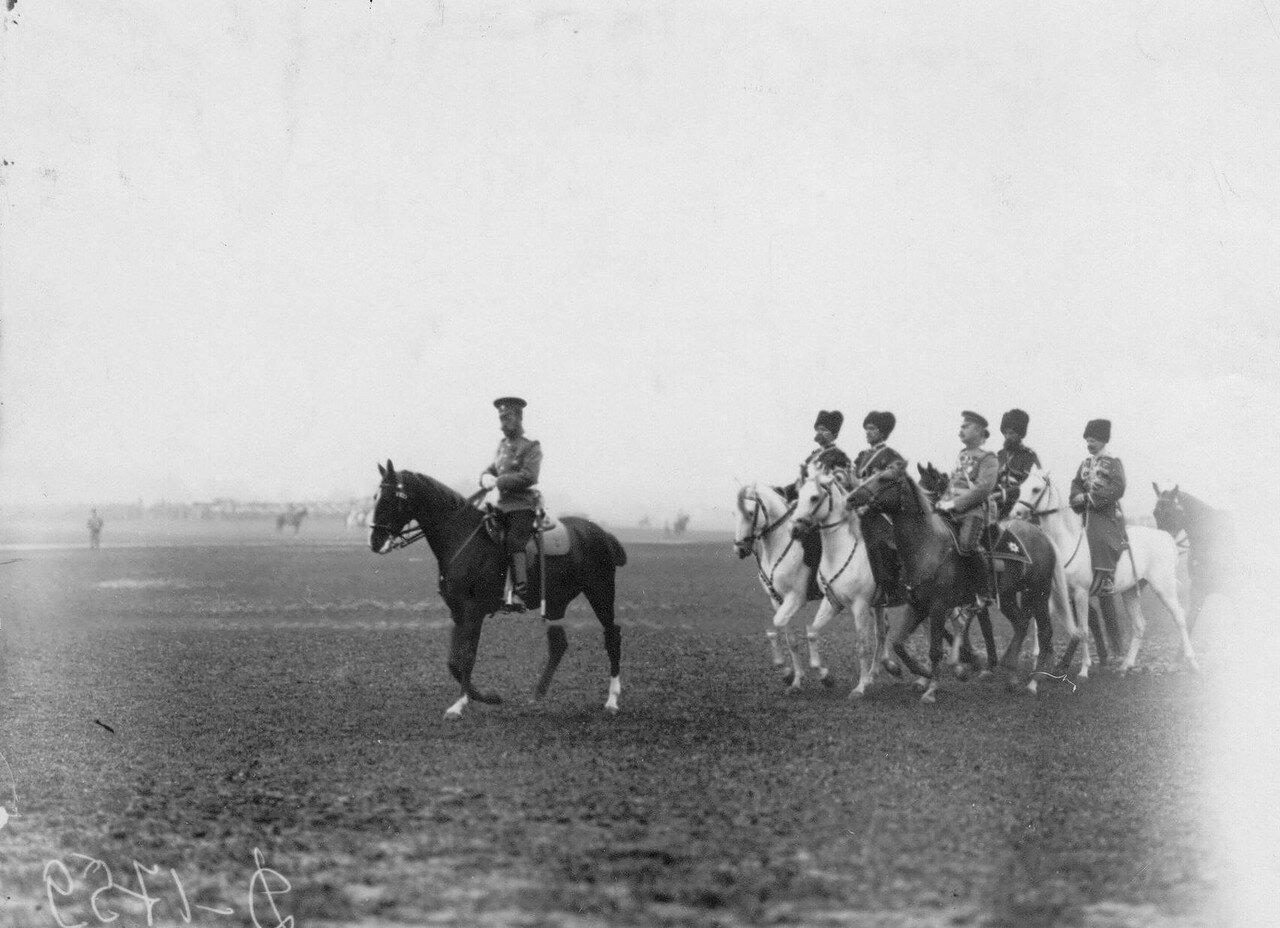 06. Император Николай II в сопровождении дежурства едет на смотр полка.  Красное Село. 1913