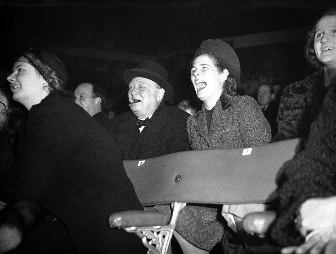 1938. Уинстон Черчилль и его дочь Мэри на шоу в цирке Бертрама Милля в Олимпии, Лондон. 22 декабря