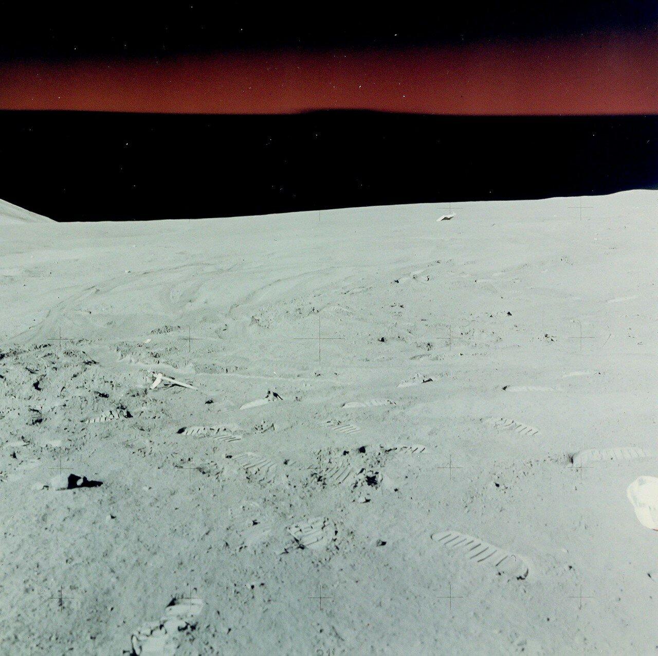 Прежде чем предпринимать первый выход на поверхность, решено было уделить несколько часов работе внутри лунного модуля, а затем предоставить астронавтам 8 часов для полноценного сна. На снимке: Лунный ландшафт на месте посадки