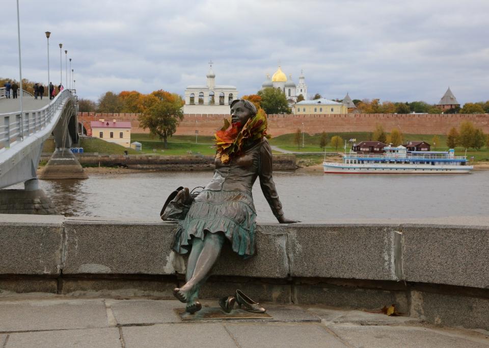 Необычная скульптура в Новгороде романтичная туристка на набережной