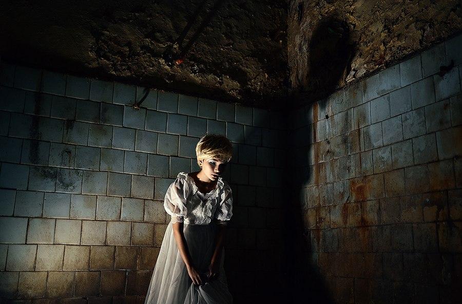 хоррор фотография девушка в грязном помещении