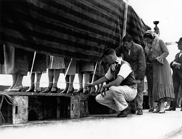 Конкурс самых красивых лодыжек. Лондон, 1932 год. Часто конкурс лодыжек служил рекламой для какой-ни