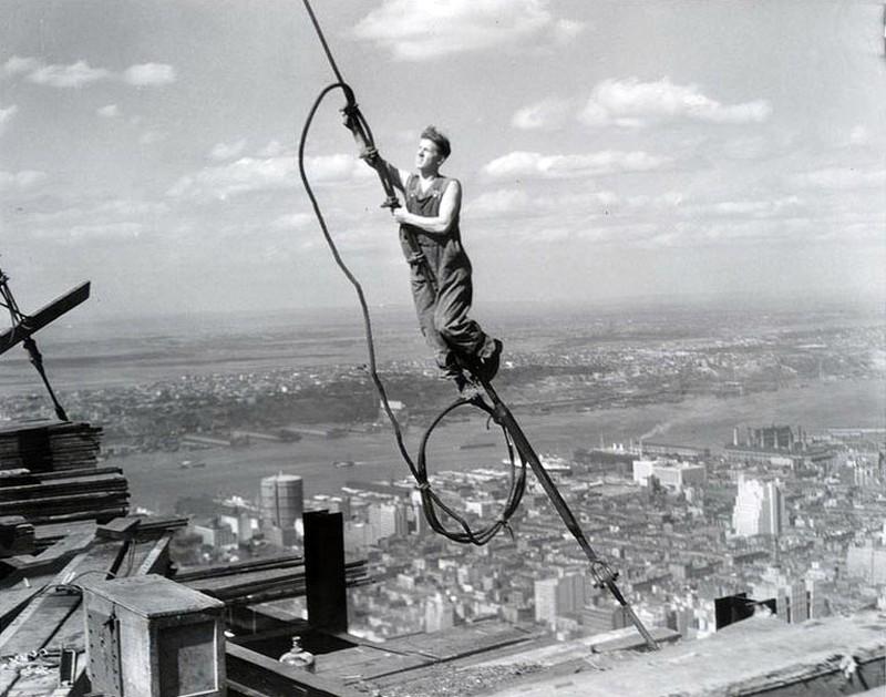 Во время строительства произошло шесть смертельных несчастных случаев среди рабочих.