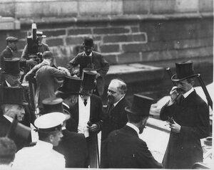 Французский президент Раймон Пуанкаре с группой встречающих на катере на Неве в день приезда  в Петербург.