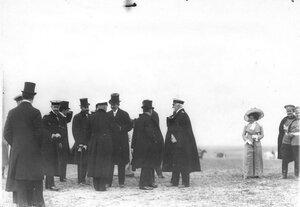 Французский президент Раймон Пуанкаре с группой на плацу во время парада  войск Красносельского гарнизона .