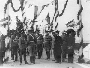 Группа офицеров у пристани в ожидании прибытия германского императора Вильгельма II.