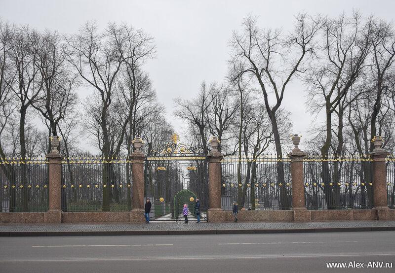 К счастью ограда Летнего сада охраняется государством, поэтому её современные бездари не тронули.