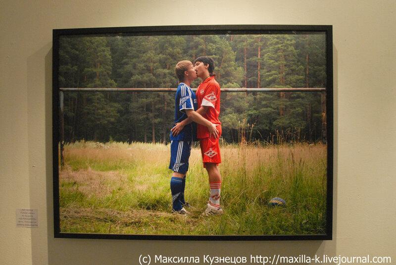 целующиеся футболисты