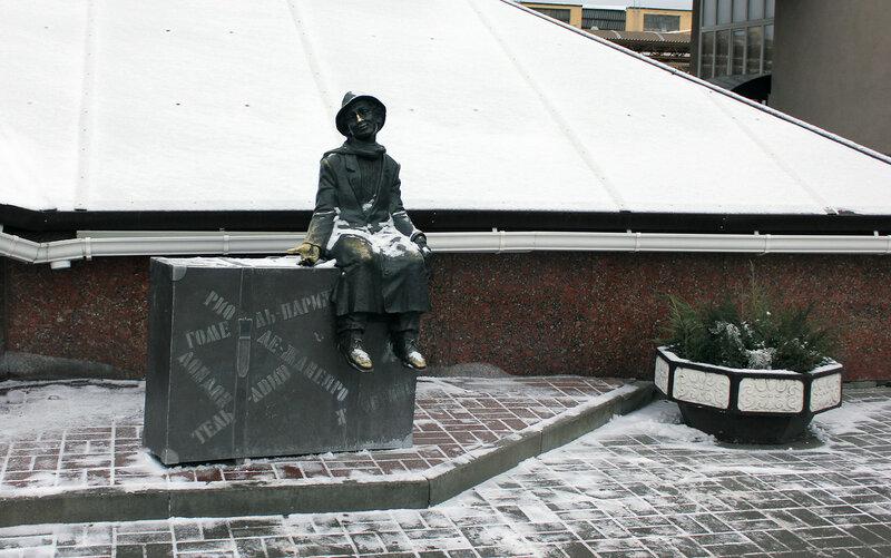 Скульптурка туриста у вокзала Гомеля