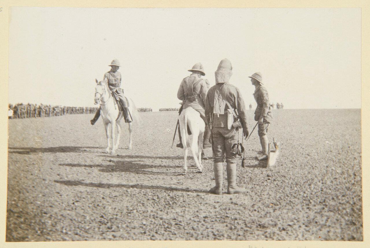 15 августа 1898. Лагерь Атбара. Майор Чарльз Репингтон (1858-1925); Полковник Вилье Хаттон (1852-1914) на своем осле; горнист полковника